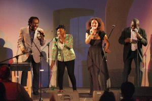 Alexandrina Simeon mit Gino Sitson, Njamy Sitson und Dolapo Ola, 2013 (Foto: Eckart Senitza)